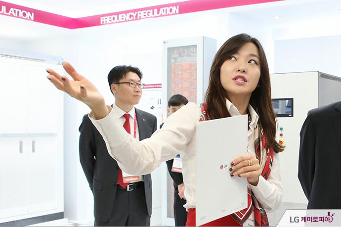CEPSI 2014 안내 중인 박소영 대리
