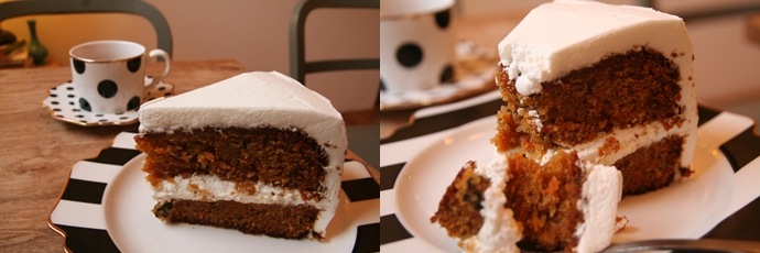 당근 케이크를 클로즈업한 사진. 왼쪽 사진은 당근 케이크의 옆면을 중심으로 찍은 사진으로, 2단으로 된 빵 사이와 케이크 겉면에 생크림이 하얗게 발라져 있는 모습이다. 오른쪽 사진은 당근 케이크를 한 조각 잘라낸 모습으로, 당근 케이크 한 조각과 포크로 한 입 크기로 베어진 케이크 조각이 접시 위에 놓여 있다.