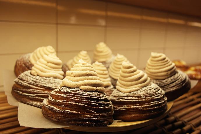 우스블랑의 몽블랑을 촬영한 사진. 선반 위에 다른 케이크와 마찬가지로 몽블랑이 한 접시 위에 여러 개 올려져 있다. 페이스트리 형태의 빵이 둥글게 모양을 잡고 있고, 그 위에 밤 크림이 얹어져 동그란 모양을 하고 있다.