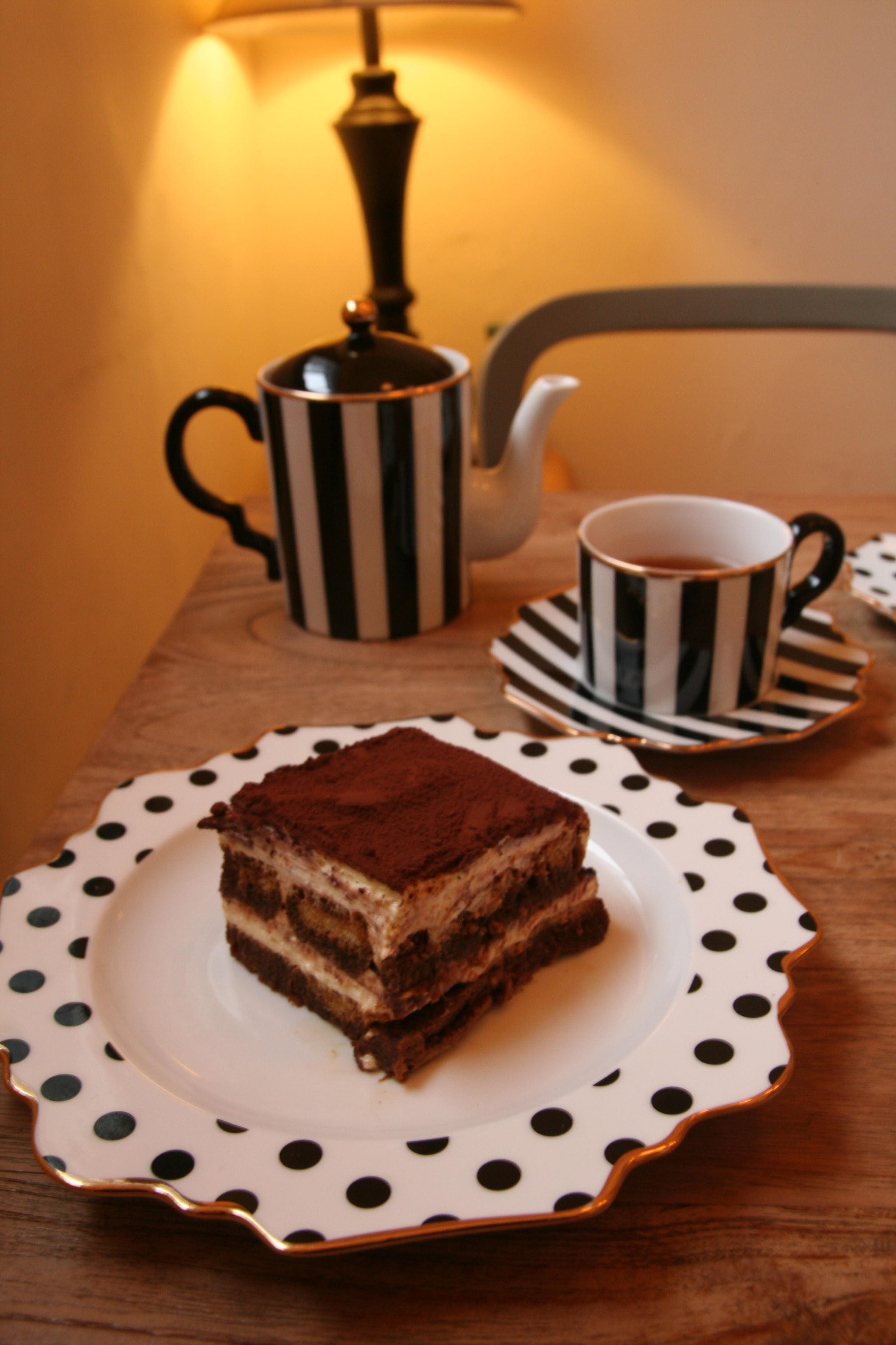 해크니의 다른 메뉴들, 티라미수와 커피 사진. 테이블 앞쪽에는 도트 무니의 접시 위에 티라미수 케이크가 놓여 있다. 그 뒤로는 줄무늬 커피잔에 커피가, 그 옆에는 같은 무늬의 주전자가 놓여 있다.