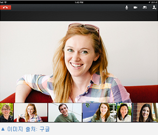 구글의 화상채팅 기능을 설명한 사진. 한 여자의 얼굴이 크게 클로즈업되어 있고 이 아래로 다양한 사람들의 사진이 조그맣게 나열되어 있다