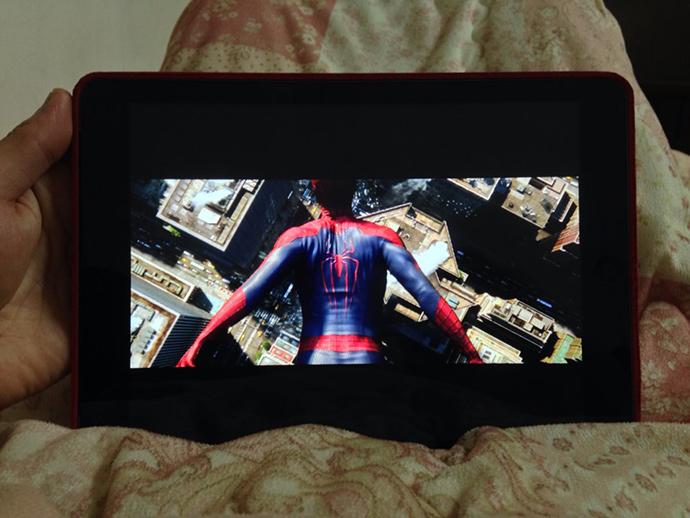 태블릿 기기를 통해 영화 스파이더맨을 보고 있는 모습이다.