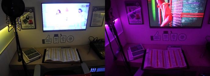 왼쪽 사진은 1인 노래방의 모습을 찍은 사진으로, 정면에 노래방 모니터가 있고 왼쪽에는 헤드셋과 마이크, 가운데에는 노래방 책자와 의자가 놓여져 있다. 오른쪽 사진은 노래방 책자에 나온 '혼자'라는 단어가 들어간 노래제목을 보여주는 사진이다.