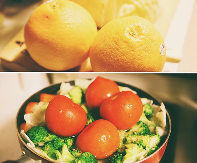 자몽 두개가 놓여 있다. 하단 사진 – 조각조각 손질한 해독주스 재료들을 끓인 물에 삶고 있다. 큼직한 토마토 네 개가 눈에 띈다.
