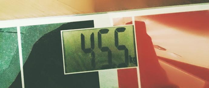 체중계에 45.5kg이라는 수치가 떠있다.