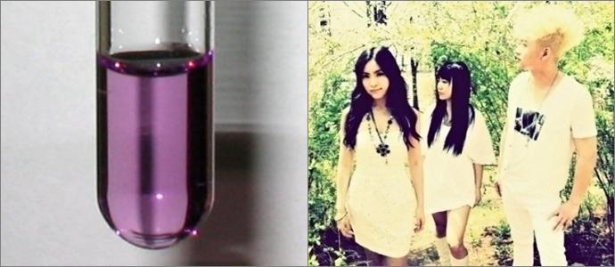 (왼쪽) 3인조 혼성밴드 뷰렛, (오른쪽) 뷰렛 반응으로 보라색으로 물든 시험관 속 용액