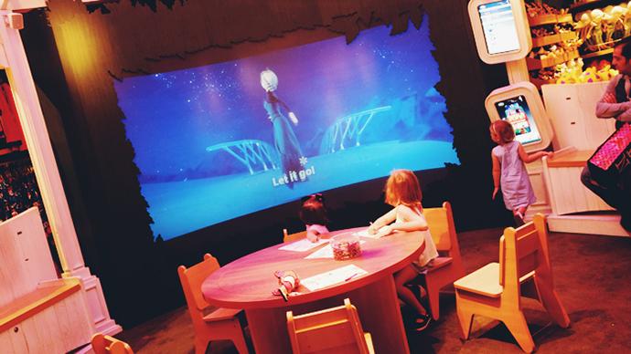 대형 스크린에 엘사가 보이자 아이들이 하던 일을 멈추고 모두 시선을 집중하고 있다.