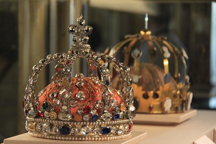 수많은 다이아몬드와 보석으로 장식된 프랑스 루이 15세의 왕관