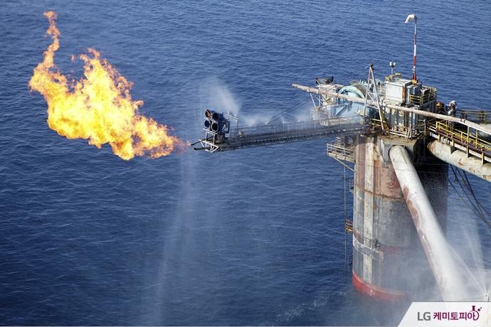 해양 석유 플랫폼에서 가스를 소각하고 있다.