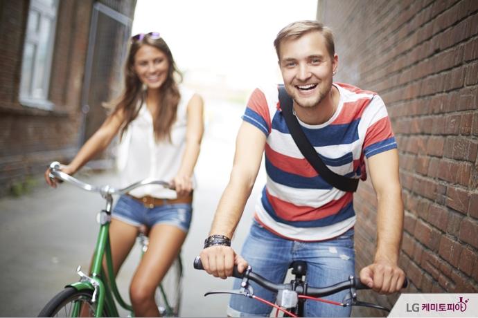 자전거를 타고 있는 남녀커플