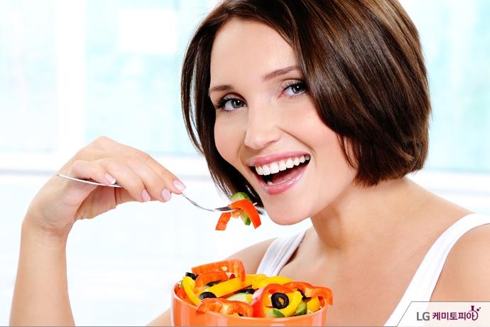 음식을 먹고 있는 여성