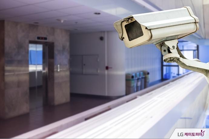벽면에 설치되어 있는 CCTV