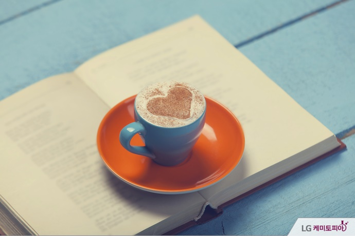 빈티지 느낌의 책과 카페라떼