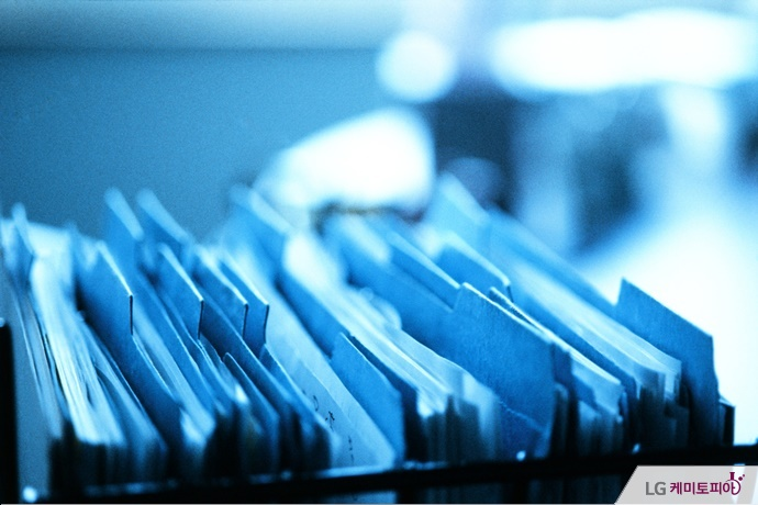 캐비넷에 정리된 서류파일들.