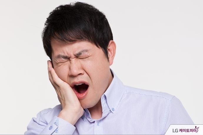 치통을 느끼는 남성
