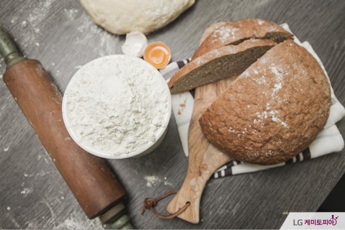 이스트와 잘 부풀어 구워진 빵