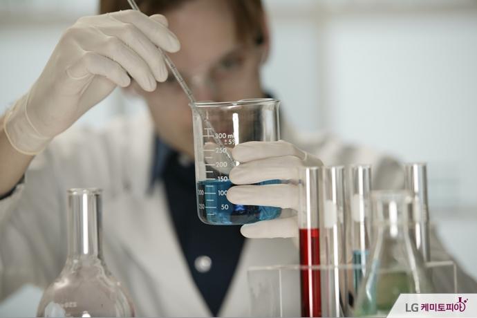 한 남성이 실험에 열중하고 있다.