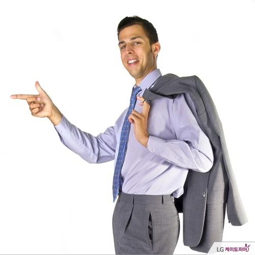 양복 상의를 어깨에 걸친 회사원.