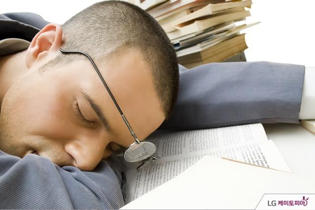 책을 읽다 잠이 든 남성