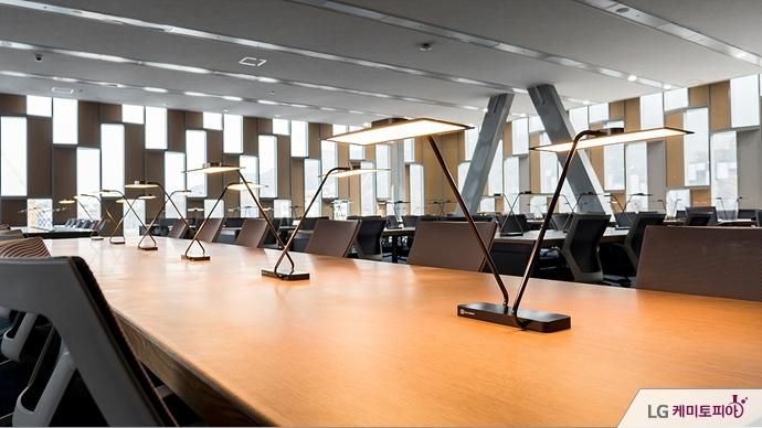 서울대 관정도서관에 설치된 OLED 스탠드
