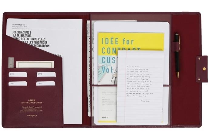 A4 문서와 필기구, 카드 등이 수납되는 제품의 내부