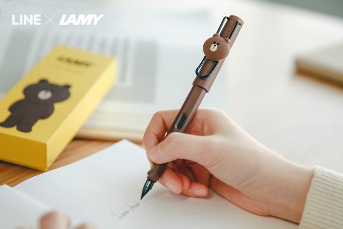 LINExLAMY 콜라보레이션 한정판 만년필로 필기하고 있다.
