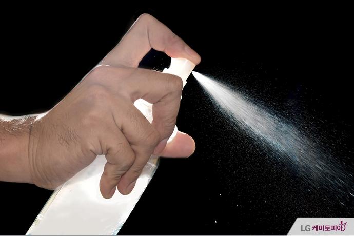 병에 들은 액체를 분사하고 있다.