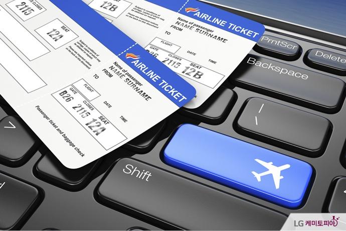 두 장의 항공권과 비행기 그림이 있는 키보드