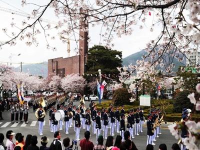 해군사관학교 내 의장대 군악대 행진 장면