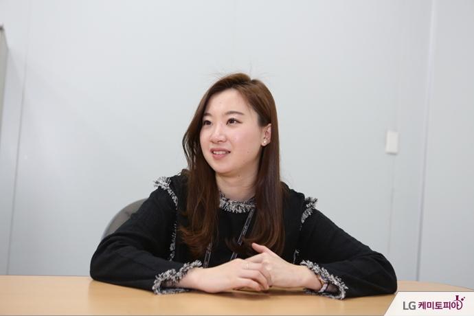 인터뷰 중인 박지원 사원