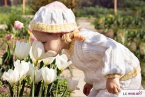 꽃 향기를 맡는 아이