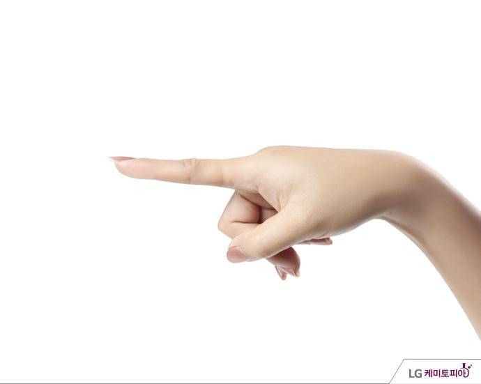 검지 손가락으로 무언가를 가리키고 있다.