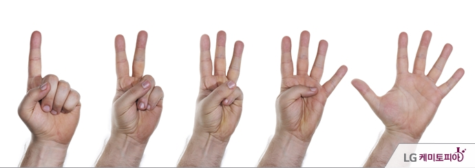 손가락으로 하나부터 다섯까지 세고 있다.