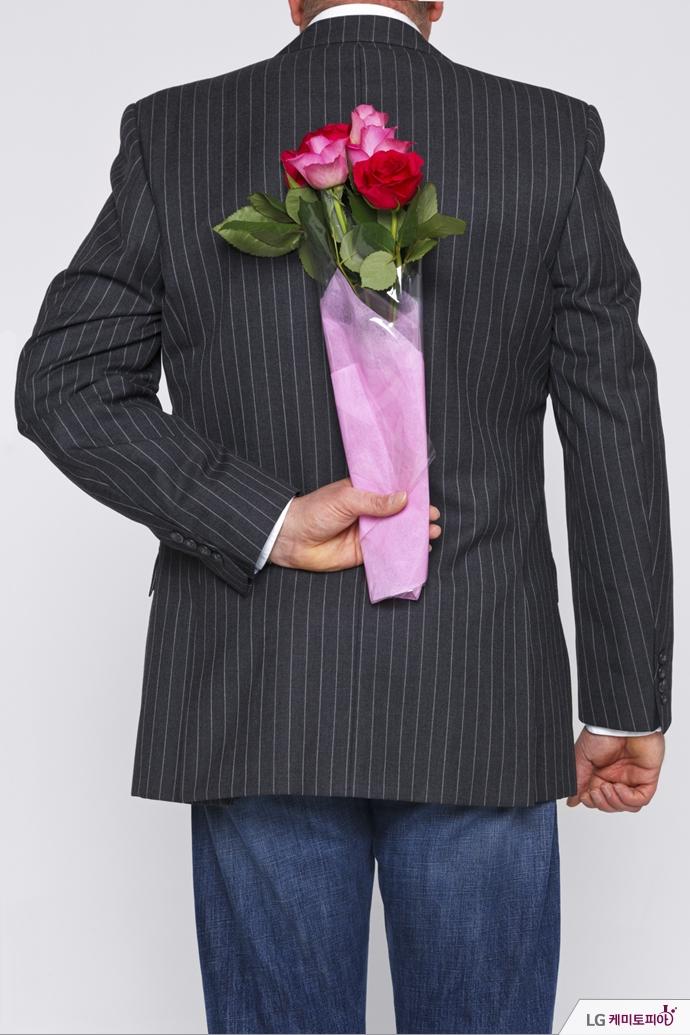 꽃다발을 든 남성
