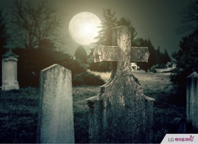 보름달이 떠 있는 공동묘지