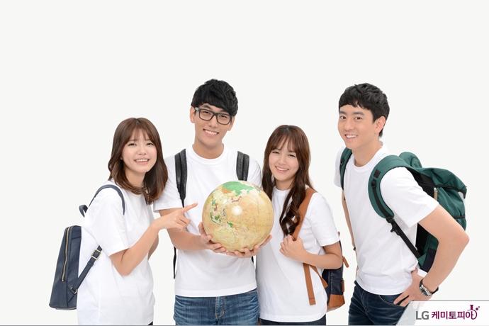 지구본을 들고 활짝 웃고 있는 학생들