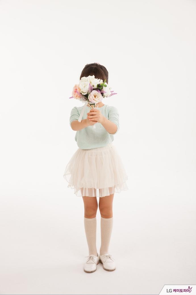 꽃다발을 든 아이