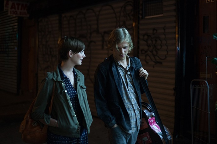 영화 속 프래니와 제임스가 길을 걷고 있다
