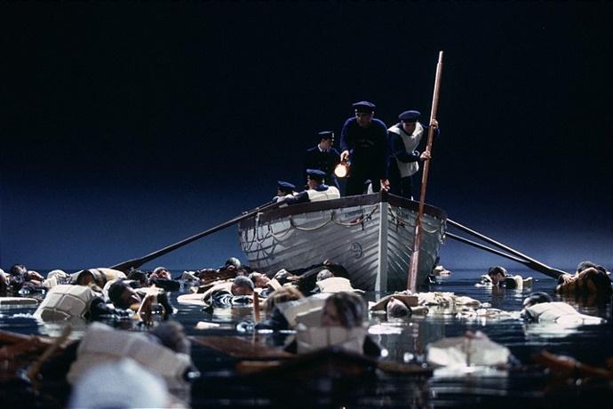 영화 타이타닉 중 한 장면, 차가운 바닷가에서 표류중인 사람들