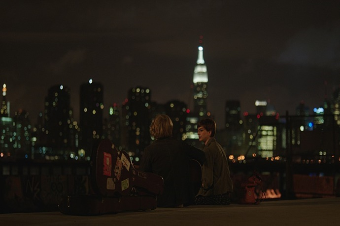 뉴욕 아경을 바라보며 연주하는 제임스와 플래니