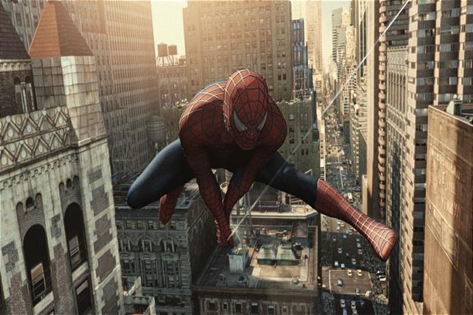 건물 사이를 날아다니는 스파이더맨