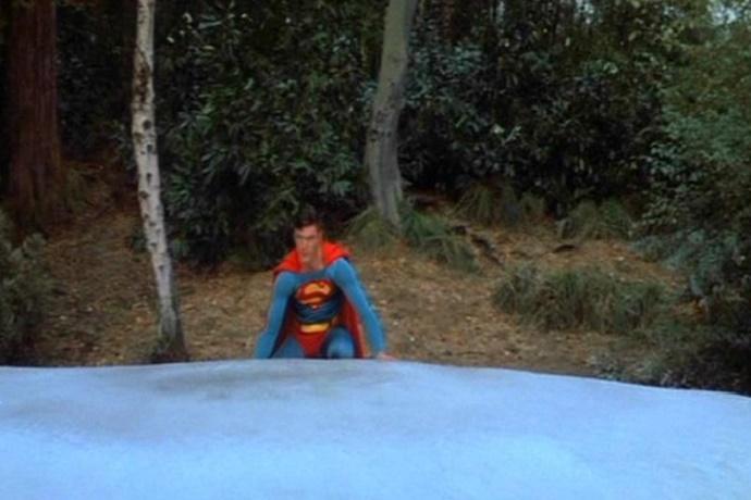 영화 슈퍼맨 중 한 장면. 얼어 붙은 호수를 통째로 들어올리는 슈퍼맨.