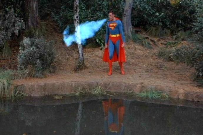 영화 슈퍼맨 중 한 장면. 호숫물을 얼리기 위해 냉동입김을 뿜는 슈퍼맨.