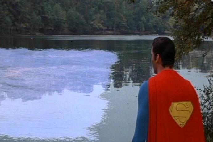영화 슈퍼맨 속 슈퍼맨이 호수를 얼리는 장면