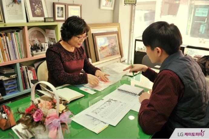 대학생 에디터와 어머니의 인터뷰 모습
