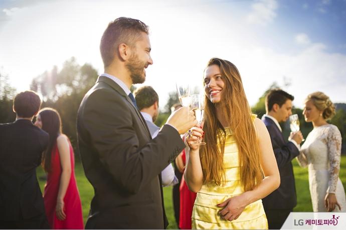 남녀 결혼식 하객끼리 어울리고 있다.