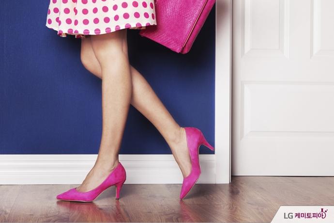분홍색으로 포인트를 준 구두와 가방
