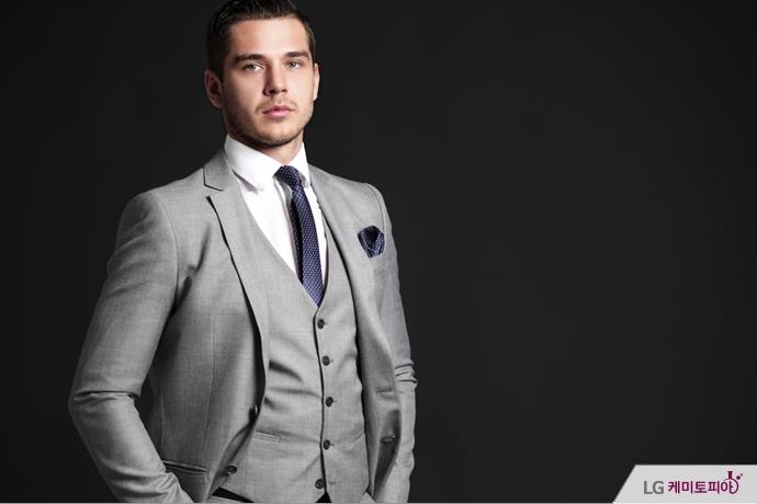 회색의 정장을 입은 남자