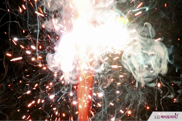 화약이 불꽃과 연기를 내며 타고 있다.