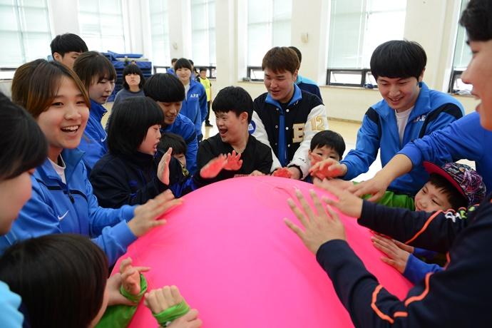백석대 특수체육학과 학생들이 장애아동들과 함께 게임을 하고 있다